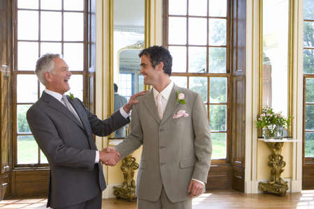 acomodador: Novio y dar paso dar la mano, sonriendo el uno al otro, lado, vista