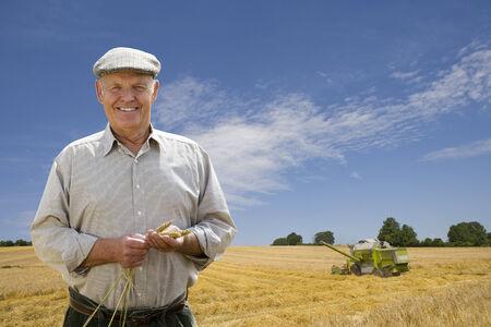 waistup: Retrato del granjero en campo de la cebada