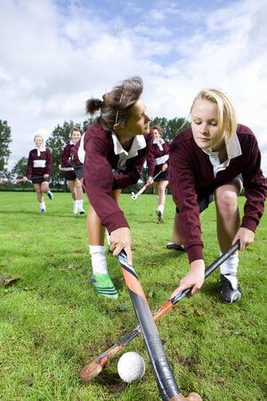 hockey sobre cesped: Adolescentes que juegan el hockey sobre hierba