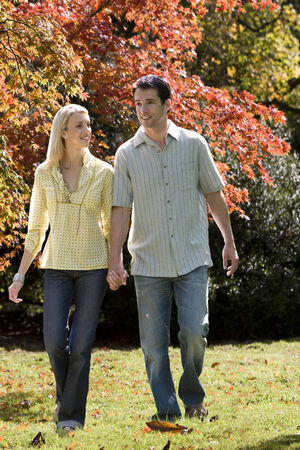 peo: Couple walking in grass LANG_EVOIMAGES