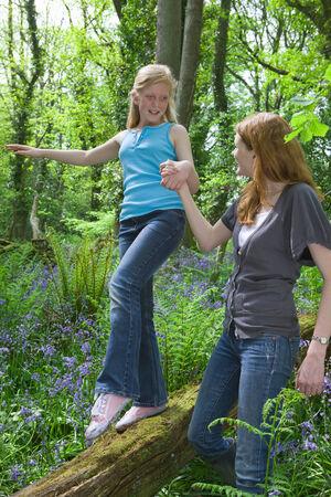 leis: Madre e figlia giocare sul registro tra i fiori bluebell LANG_EVOIMAGES