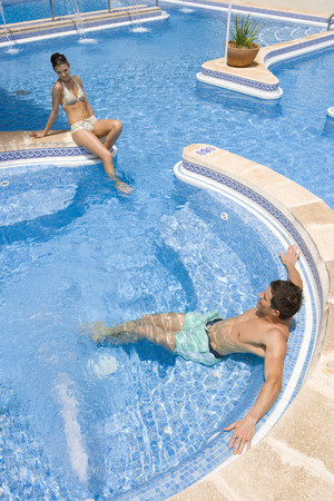 peo: Couple relaxing in swimming pool