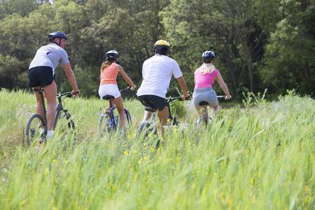 시골 필드를 통해 자전거를 타는 커플 스톡 콘텐츠