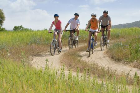 시골 길에서 자전거를 타는 커플