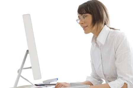 sitt: Businesswoman working on computer at desk