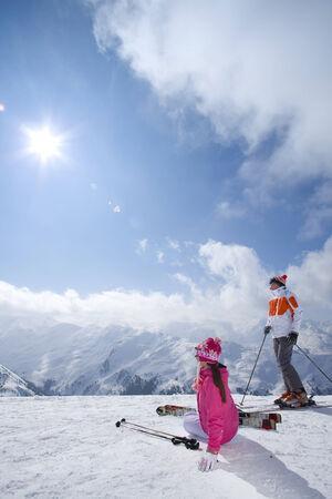 le cap: Esquiadores sentados en la nieve mirando las montañas