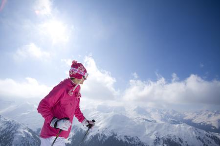cima montagna: Sciatore sulla parte superiore della montagna guardando le montagne LANG_EVOIMAGES