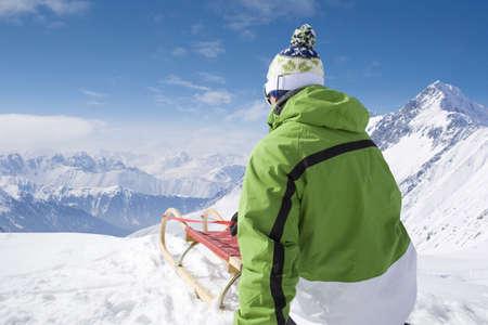 cima montagna: L'uomo con slitta sulla cima della montagna LANG_EVOIMAGES