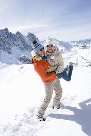 le cap: El hombre de pie en la nieve de elevación novia con la montaña en el fondo LANG_EVOIMAGES