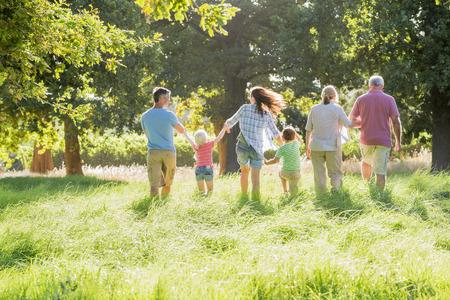 아름다운 시골에서 멀티 세대 가족 즐기는 산책 스톡 콘텐츠