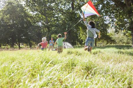 시골에서 캠핑 휴가를 가족 연 날리기