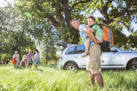 Familie mit mehreren Generationen Auspacken Auto Auf Camping Trip