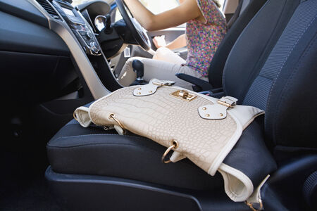 Programa piloto femenino Dejando bolso en el coche como ella sale LANG_EVOIMAGES