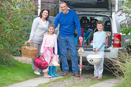 unpacking: Grandparents and grandchildren packing car for vacation LANG_EVOIMAGES