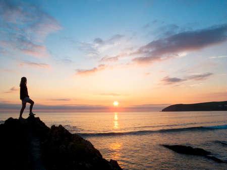 mujer mirando el horizonte: Silueta de la mujer mirando al mar