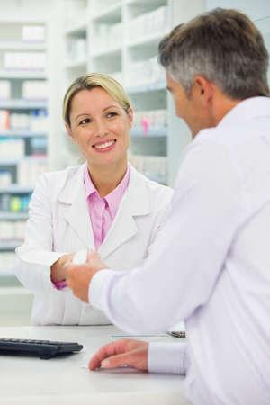 contadores: Farmac�utico y paciente con receta en mostrador de la farmacia