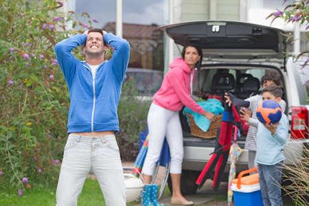 problemas familiares: Padre frustrado gritando como familia paquetes de coche para las vacaciones LANG_EVOIMAGES