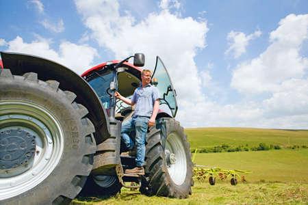 joven agricultor: Joven agricultor y el tractor LANG_EVOIMAGES