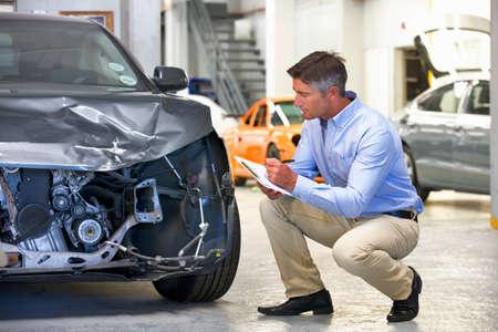 破損した車両を検査保険査定