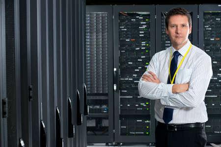 Manager Blick in die Kamera, im Serverraum