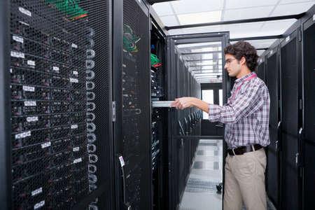 Techniker ersetzen Server im Serverschrank