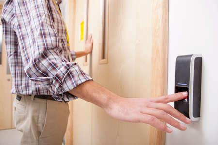 Mann mit Fingerabdruck Eintrag Technologie Tür zu öffnen