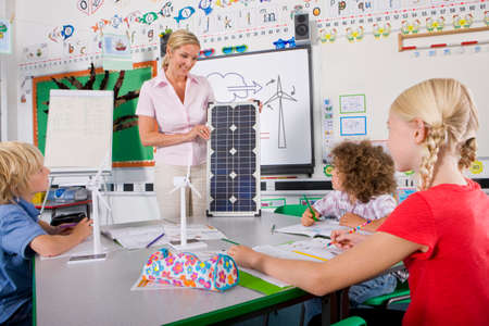 carbon neutral: Teacher explaining solar panel to students in school classroom LANG_EVOIMAGES