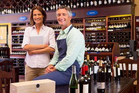 Smiling Unternehmer mit digitalen Tablette im Weinladen
