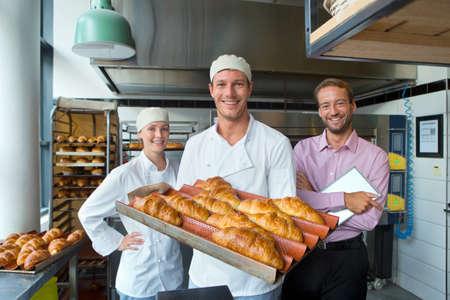 Geschäftsinhaber und Bäcker in der Bäckerei Küche mit Brot