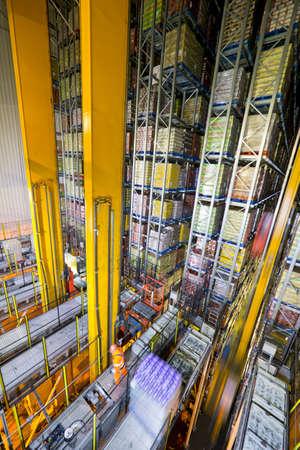 produits alimentaires: Marchandises alimentaires stockées dans des entrepôts automatisés de stockage et de récupération LANG_EVOIMAGES