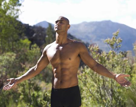 nackte brust: Bare chested junger Mann Meditation