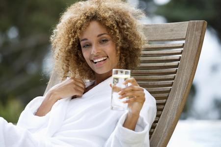 Una mujer joven sentada en una tumbona