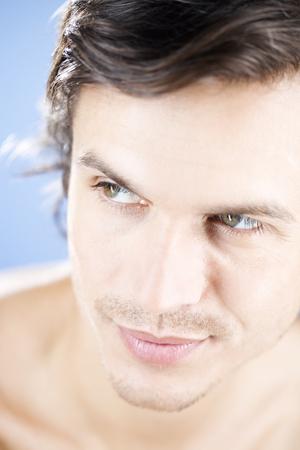 nackte brust: Porträt eines jungen Mannes
