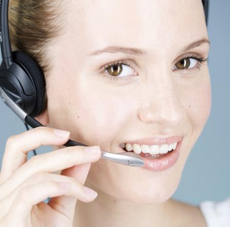Mladá žena s audio sluchátka