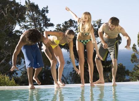 Vier Freunde Teenager-Spaß in einem Swimmingpool