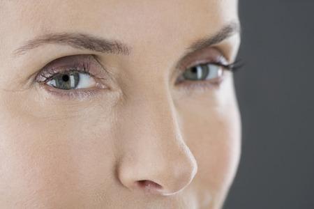 중년 여성의 얼굴과 눈의 초상화
