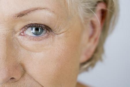 매력적인 수석 여자의 초상화, 눈의 근접 촬영 스톡 콘텐츠