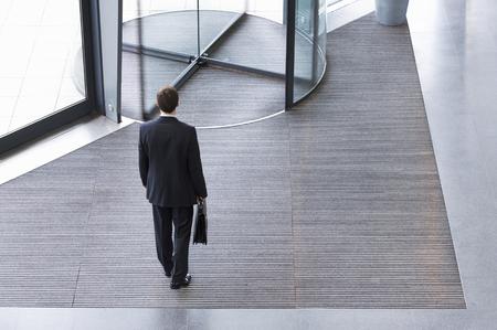 Een zakenman verlaten kantoor Stockfoto