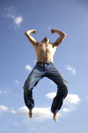 nackte brust: Young man jumping