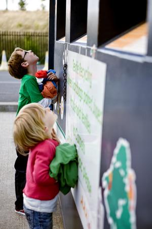 niños reciclando: Two young children recycling clothes