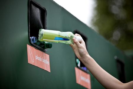 플라스틱 병을 재활용하는 십대 소녀 스톡 콘텐츠
