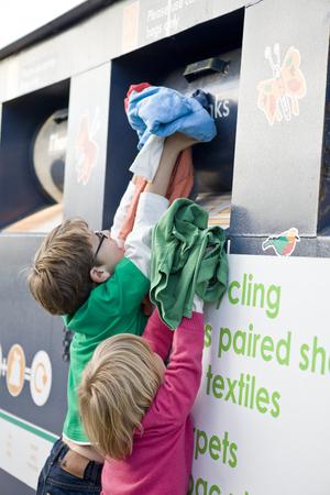 옷을 재활용하는 두 어린 아이들