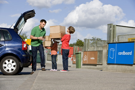 niños reciclando: A father and children recycling cardboard boxes LANG_EVOIMAGES