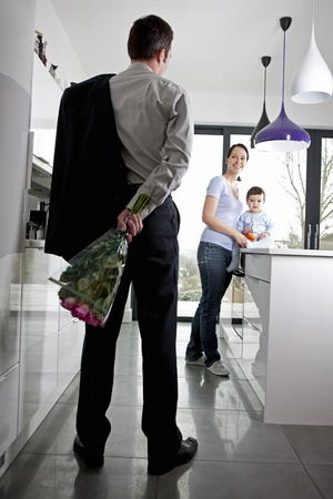 일을 마치고 집으로 돌아와 한 무리의 장미를 안고있는 남자.