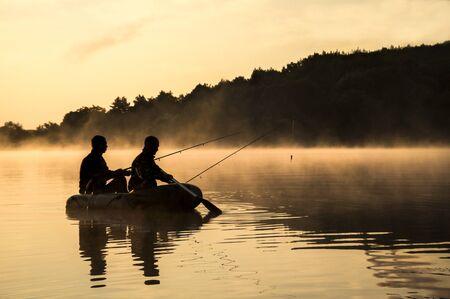 湖釣り 2 人 報道画像