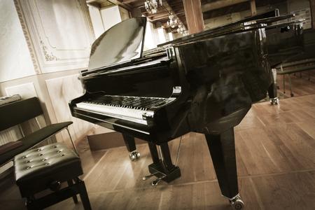 ホールのグランド ピアノ