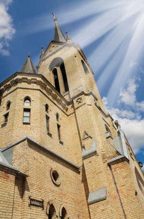 城の教会で輝いている太陽光線