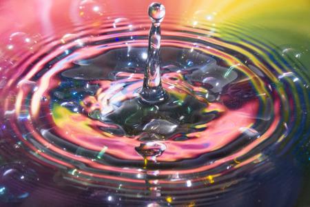 컬러 물과 워터 드롭 스플래시 컴포지션