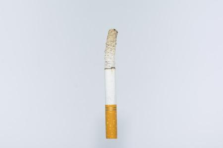 papel filtro: cigarrillo encendido en fotografía de composición de fondo blanco aislado