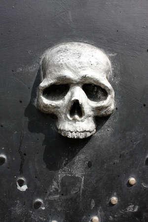 puerta de metal: Cr�neo en la puerta de metal, Siena, Italia Foto de archivo